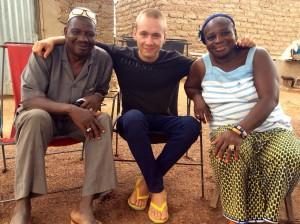 Johnny entre Moulay et Bolibara, ses tuteurs à Sokoura